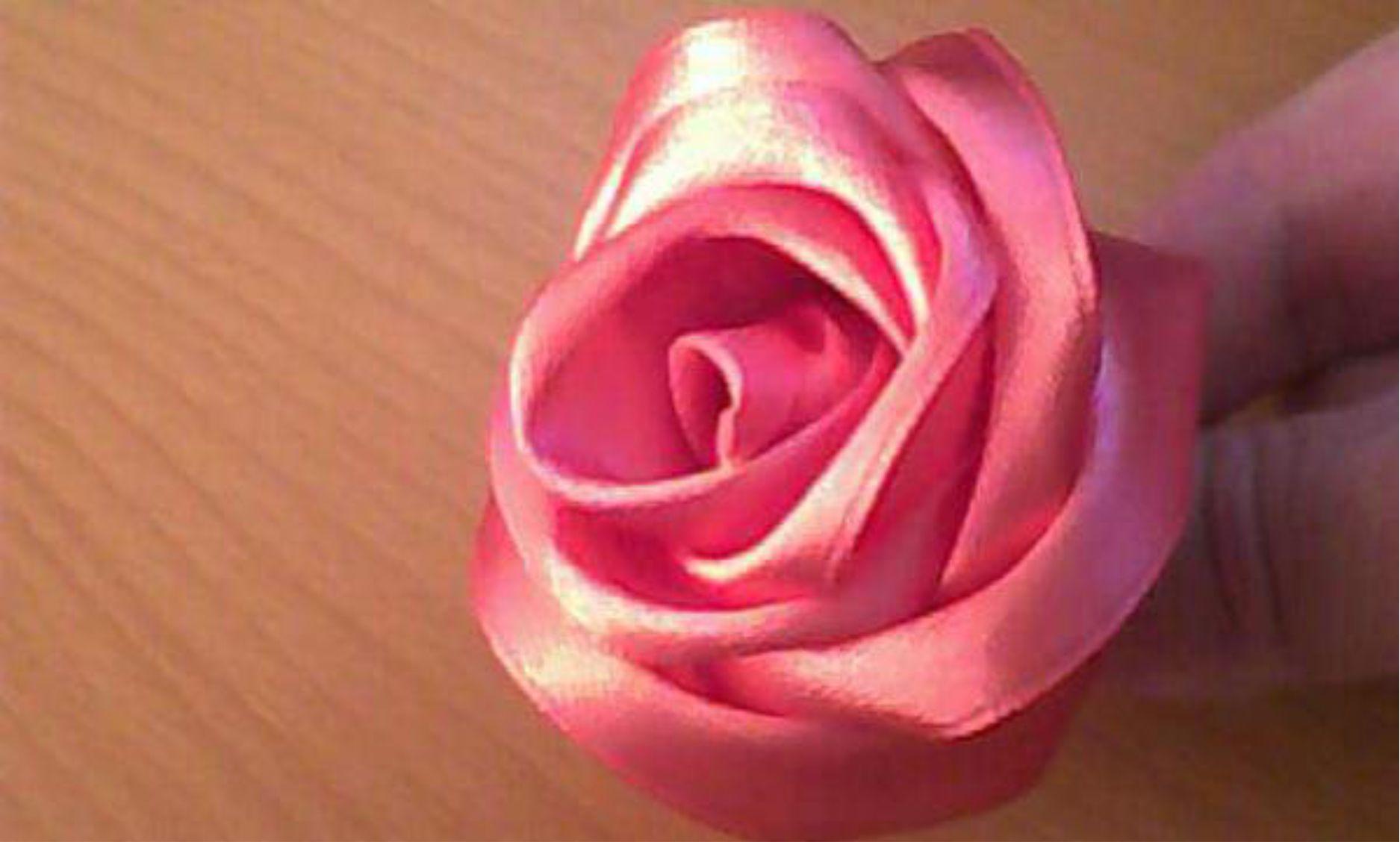 Flores feitas com fita de cetim