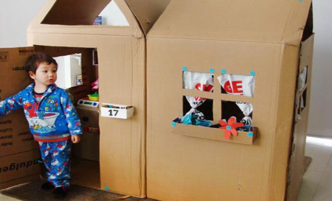 Casa de boneca feita de papelão