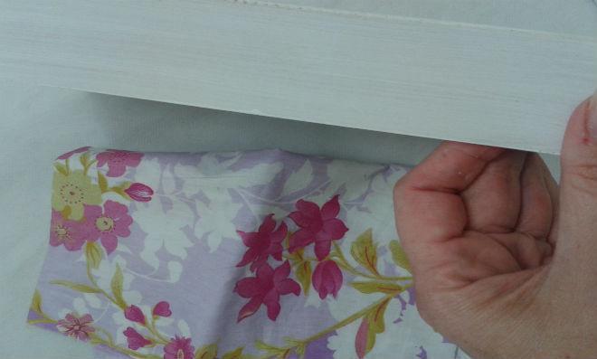 Em primeiro lugar pinte sua bandeja com tinta PVA branca. (o tecido claro ficará mais vistoso com o fundo branco).
