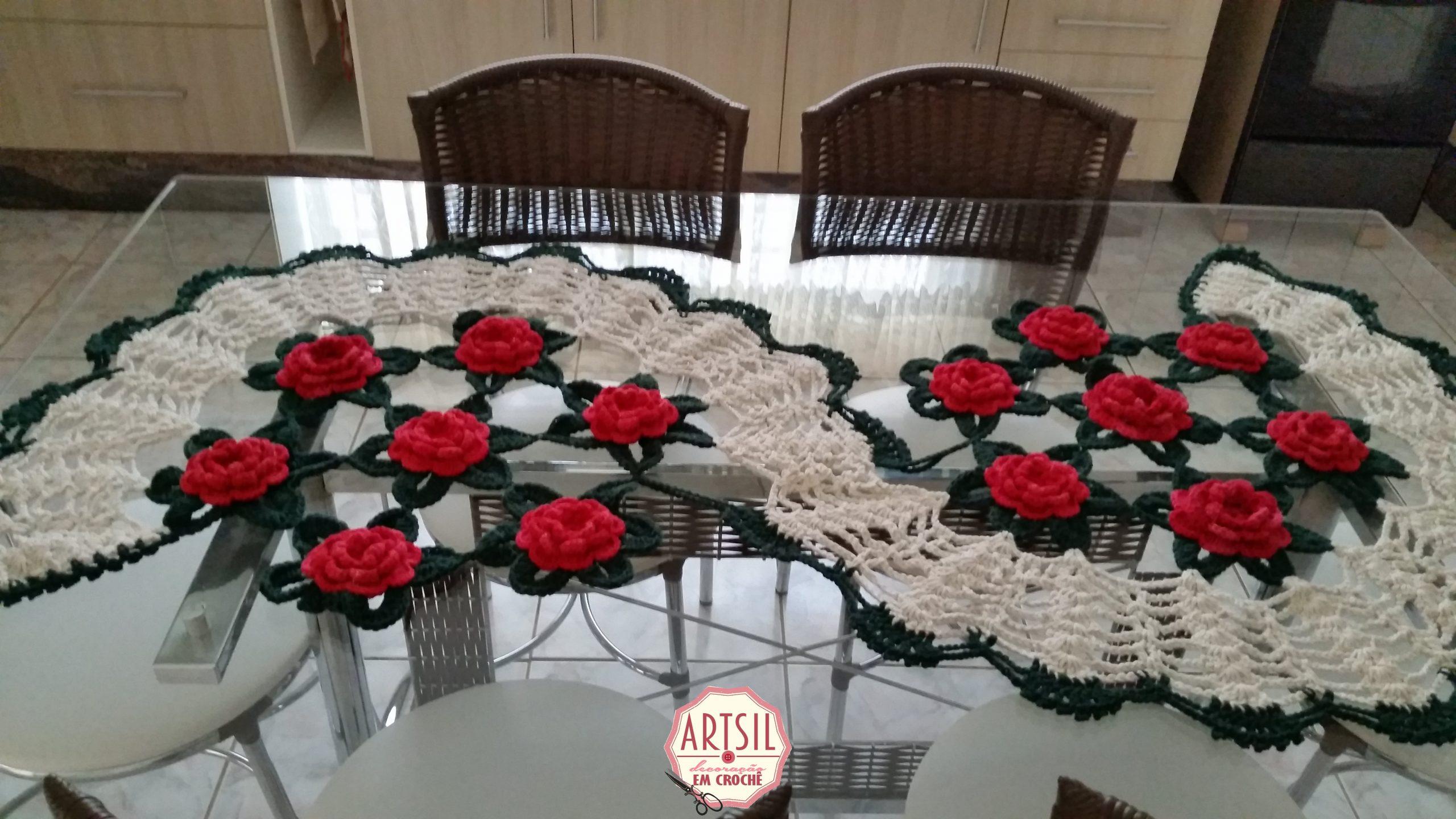 Caminho de mesa, rosas vermelhas crochê em barbante