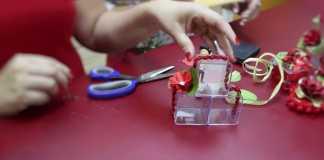 Arte natalina! Peças em acrílico decoradas com flores