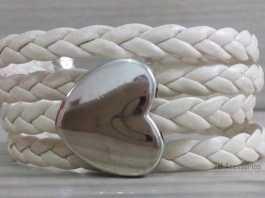 Pulseira de couro trançado com entremeio de coração