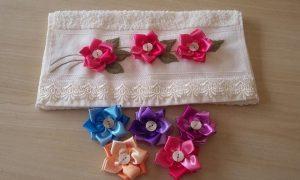 Rápido e fácil: Flor de fita de cetim