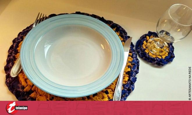 2 em 1: Aprenda como fazer um lindo sousplat e um porta copos - Detalhe da mesa