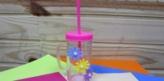 Caneca acrílica decorada com flores de EVA e pérolas - Destaque