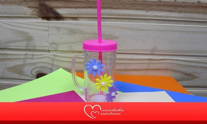 Caneca acrílica decorada com flores de EVA e pérolas