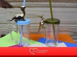 Caneca de acrílico decorada com dinossauro em miniatura - Destaque