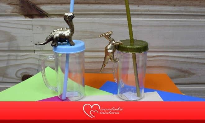 Caneca de acrílico decorada com dinossauro em miniatura