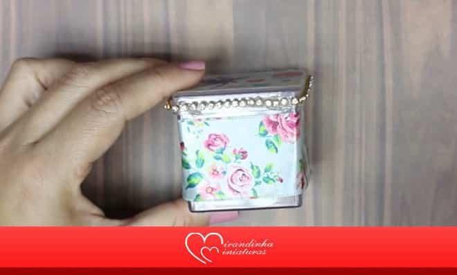 Caixinha de acrílico decorada com fita tema floral