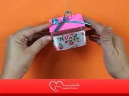 Lembrancinha feminina: Caixa de acrílico decorada com laço florido - Destaque