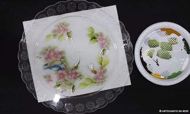 Aprenda como fazer pintura decorativa em prato usando adesivos