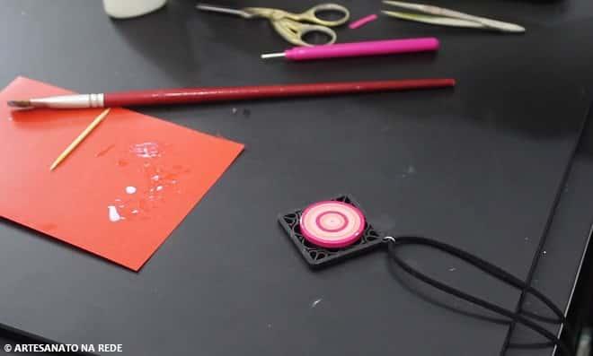 Prático e rápido! Lindo colar customizado com quilling e cristal gel