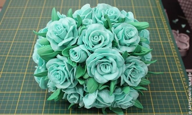 Aprenda como fazer topiaria com flores de EVA e isopor