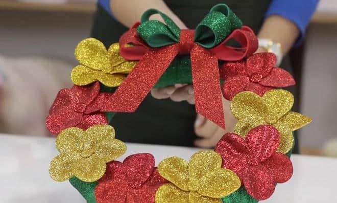 Aprenda como fazer uma guirlanda natalina com flores