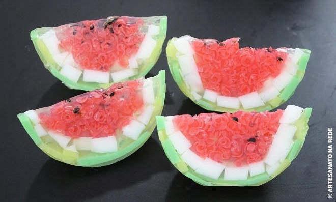 Como fazer sabonete artesanal de melancia