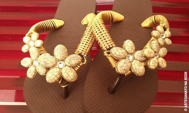 Chinelos customizados com bridão de argola e manta de strass - Detalhe 1