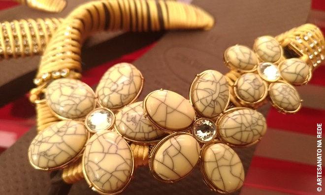 Chinelos customizados com bridão de argola e manta de strass - Detalhe 2
