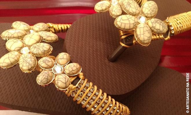 Chinelos customizados com bridão de argola e manta de strass - Detalhe 4