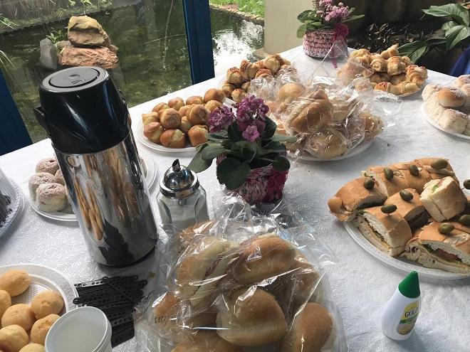 O Artesanato Na Rede realiza Workshop de arteterapia e integração na SABESP - Mesa com café da Manhã