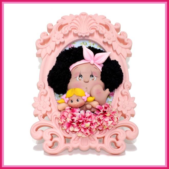 Quadro com boneca e urso de biscuit para decoração e lembrancinha - Ilustração de uma peça diferenciada